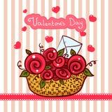 Canestro con le rose rosse, giorno di biglietti di S. Valentino dei fiori Fotografia Stock
