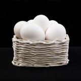 Canestro con le uova fotografie stock libere da diritti
