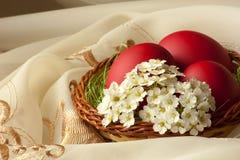 Canestro con le uova di Pasqua ed i fiori Fotografie Stock Libere da Diritti