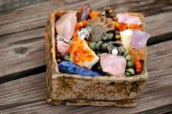 Canestro con molte pietre naturali Fotografia Stock