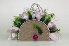 Canestro decorativo con i gigli e la palla di carta di natale Fotografie Stock