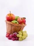 Canestro dei frutti meridionali su un fondo bianco fotografie stock libere da diritti