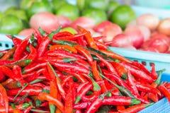 Canestro dei peperoncini rossi rossi lunghi Fotografia Stock