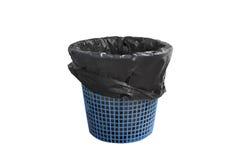 Canestro del bidone della spazzatura con la borsa nera vuota ma senza copertura, isolata su fondo bianco con il percorso di ritag Immagine Stock Libera da Diritti