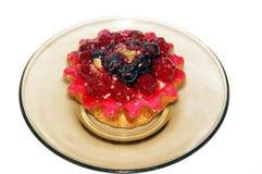 Canestro del dolce con le bacche ed il rosa della crema Fotografie Stock Libere da Diritti