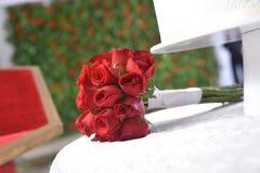 Canestro del fiore di nozze, coperture dell'anello ed appena lavagna sposata, Fotografia Stock