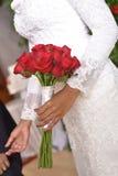 Canestro del fiore di nozze, coperture dell'anello ed appena lavagna sposata, Immagini Stock
