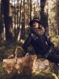 Canestro del fungo e della donna fotografia stock libera da diritti