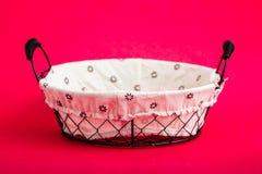 Canestro del pane del ferro battuto sul rosa fotografia stock