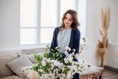Canestro dell'albero di fioritura in mani della ragazza fotografie stock libere da diritti