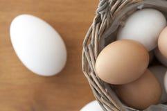 Canestro dell'uovo sulla vista superiore di legno Fotografie Stock Libere da Diritti