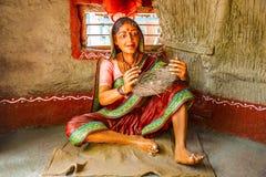 Canestro della canna di tessitura della donna, museo della scultura, per la matematica di Kaneri, Kolhapur, maharashtra Fotografia Stock