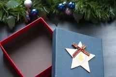 Canestro della scatola e del regalo di Natale fotografie stock