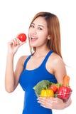 Canestro della tenuta della giovane donna delle verdure immagini stock