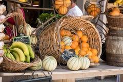 Canestro delle arance e dei meloni in un supporto del mercato di Moustiers Sain fotografia stock