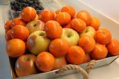 Canestro delle arance e delle mele Fotografie Stock