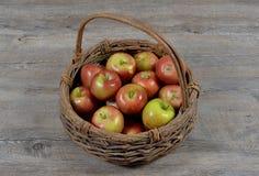 Canestro delle mele fotografie stock libere da diritti