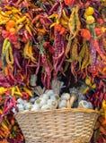 Canestro di aglio e dei peperoncini rossi Fotografie Stock Libere da Diritti