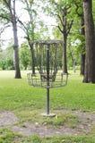 Canestro di Frolfing (golf del disco) in un parco pubblico Fotografia Stock