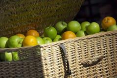Canestro di frutta Immagini Stock Libere da Diritti