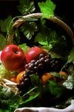 Canestro di frutta di natura morta immagine stock libera da diritti