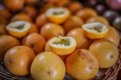 Canestro di frutto della passione arancio immagini stock