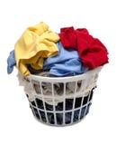 Canestro di lavanderia in pieno dei vestiti sparati sull'angolo Fotografia Stock Libera da Diritti