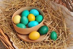 Canestro di legno in pieno delle uova variopinte Fotografie Stock Libere da Diritti