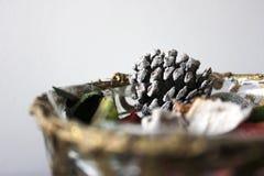 Canestro di Natale del primo piano con glassare i decorationos immagine stock libera da diritti