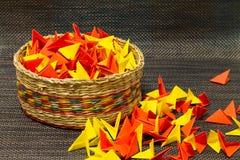 Canestro di paglia tessuta con carta colourful fotografia stock