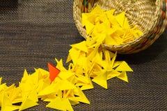 Canestro di paglia tessuta con carta gialla fotografie stock