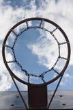 Canestro di pallacanestro sul fondo del cielo Immagine Stock Libera da Diritti