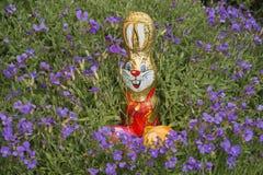 Canestro di Pasqua circondato dai rockcress Fotografia Stock