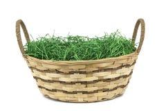 Canestro di Pasqua con erba isolata su fondo bianco fotografie stock