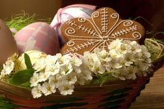 Canestro di Pasqua con i bei fiori bianchi Immagine Stock