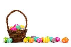 Canestro di Pasqua con il confine lungo delle uova di Pasqua sopra bianco Fotografia Stock Libera da Diritti