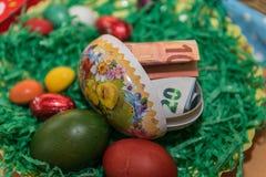Canestro di Pasqua con il presente dei soldi Fotografia Stock