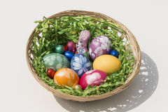 Canestro di Pasqua con le uova di Pasqua Immagini Stock Libere da Diritti