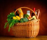 Canestro di picnic con gli ortaggi freschi e la frutta Fotografie Stock Libere da Diritti