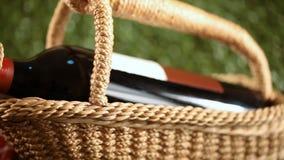 Canestro di picnic con le bevande video d archivio