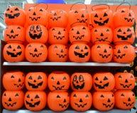 Canestro di plastica delle zucche di Halloween Fotografia Stock