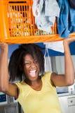 Canestro di trasporto della donna dei vestiti sporchi Fotografia Stock