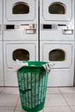 Canestro di vestiti abbandonato Fotografie Stock Libere da Diritti