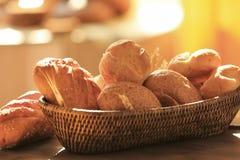 Canestro di vimini con differenti tipi di tavole del pane fresco Fotografie Stock