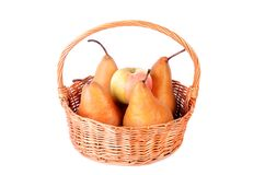 Canestro di vimini con frutta fresca isolata su un bianco Fotografia Stock Libera da Diritti
