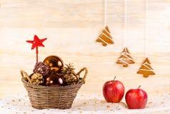 Canestro di vimini con i glassballs di Natale Fotografia Stock