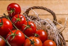Canestro di vimini con i pomodori Fotografie Stock