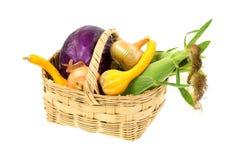 Canestro di vimini con le verdure di recente selezionate Fotografie Stock