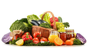 Canestro di vimini con le verdure organiche assortite e la frutta Immagine Stock