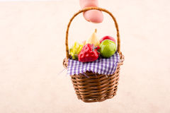 Canestro di vimini con una frutta di plastica a disposizione Fotografie Stock Libere da Diritti